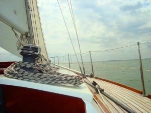 Zeilen met zeiljacht Altair op het Markermeer met IJsselmeerzeilers